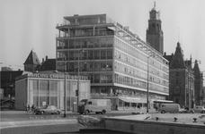 XIV-159-28-03-3 Het Hofplein, op de achtergrond de Coolsingel met dancing-cabaret Bristol, het kantoorgebouw van de ...