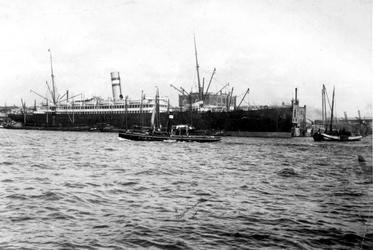 XIV-249-02 Gezicht op de Nieuwe Maas met het schip de Rijndam, passagiersschip van de Holland-Amerika Lijn, aan de ...