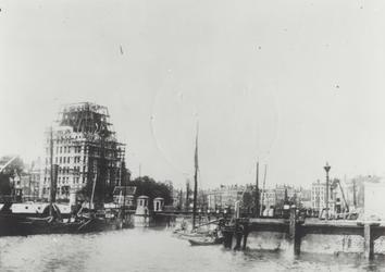 XIV-256-01-03 De Oudehaven met de Koningsbrug, op de achtergrond de Geldersekade en het Witte Huis in aanbouw.