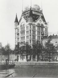 XIV-258-02 Het Witte Huis, links de Wijnhaven, rechts de Geldersekade en op de voorgrond de Oudehaven.