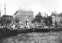 XIV-291 Gezicht vanaf de Nieuwe Maas op de Boompjes met o.a. het Oost-Indisch Huis/Vrij Entrepôt.