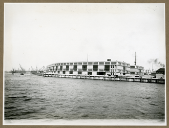 XIV-331-1 De betonloods van de Royal Mail Packet Company op het punt tussen de IJselhaven en de Lekhaven, aan de Nieuwe Maas.