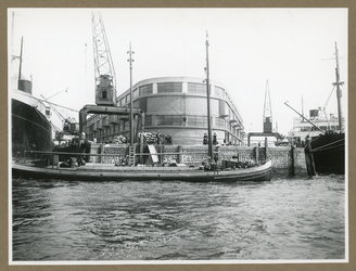 XIV-331-2 De betonloods van de Royal Mail Packet Company op het punt tussen de IJselhaven en de Lekhaven, aan de Nieuwe Maas.