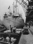 XIV-355-00-04 In de Merwehaven wordt vrachtschip Kamerun uit Hamburg gelost door N.V. Stuwadoorsmaatschappij Muller-Progress.