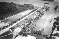 XIV-357-00-02 Overzicht van de loodsen en terreinen van P.A. van Es en Co. cargadoors en expediteurs aan de Parkhaven.