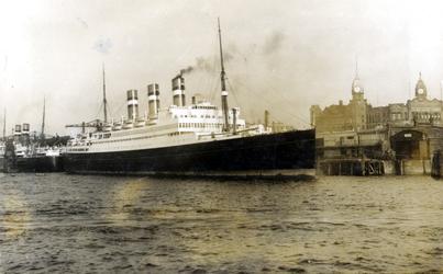 XIV-404-01-1,-2 Passagiersschip de Statendam van de Holland Amerika Lijn op de Nieuwe Maas, liggend aan de ...