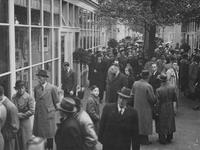 XIV-419-07 Mensenmassa tussen de noodwinkels voor het postkantoor aan de Coolsingel.