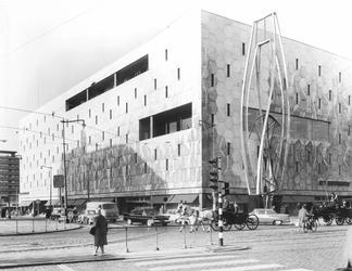 XIV-419-12-00-52-03-01 Warenhuis de Bijenkorf op de hoek met de Van Oldenbarneveltstraat (links) - Coolsingel.Voor de ...