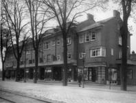 XIV-422 Winkelpanden aan de Groene Hilledijk tussen de Heinlantstraat en de Strevelsweg.