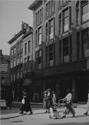 XIV-444-01-2 Kledingwarenhuis Lampe (Hoogstraat) gezien aan de zijde van het Spui.