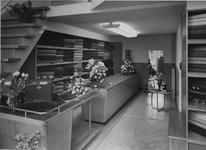 XIV-444-25-1 Interieur van Liever de Liver Stoffenhandel aan de Hoogstraat.