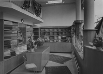 XIV-444-25-2 Interieur van Liever de Liver Stoffenhandel aan de Hoogstraat.