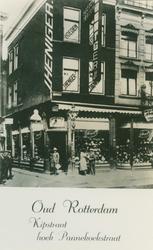 XIV-447-03 Hoedenwinkel J. Heniger aan de Kipstraat, hoek Pannenkoekstraat (links).