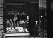 XIV-449-02 Sigarenwinkel Weinthal & Co aan de Korte Hoogstraat.