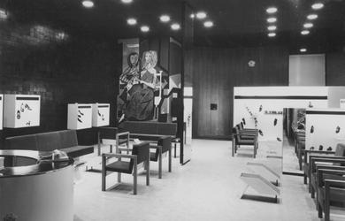 XIV-453-00-23 Interieur van de Firma Kogels, schoenenmagazijn in het winkelcentrum Lijnbaan aan de Korte Lijnbaan.