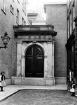 XIV-46-01 Gezicht op een ingang van de Beurs in de Beurssteeg.