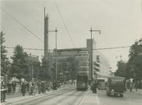 XIV-477-01 Het Van Hogendorpsplein.Op de achtergrond warenhuis de Bijenkorf op de hoek met de Schiedamsesingel (rechts).