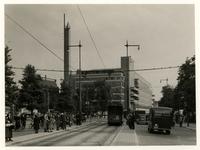 XIV-477 Hoek Van Hogendorpsplein - Schiedamsesingel (rechts) met in het midden warenhuis De Bijenkorf.Links op de ...