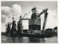 XIV-489-07 De eerste drijvende container, waarmee de Hansa Line proeven neemt, wordt van het schip Neidenfels in de ...