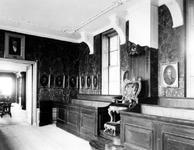 XIV-49-01-1,-2 Vergaderzaal van het Bataafsch Genootschap in de Beurs aan het Beursplein.