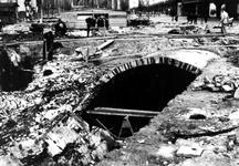 XIV-50-00-02 Onderaardse koker, aangetroffen onder de Beurs aan het Beursplein bij opruimingswerk na het bombardement.