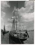 XIV-543 Het Britse opleidingsschip Sir Winston Churchill voor zeilers, liggend aan de Parkkade, rechts de Nieuwe Maas.