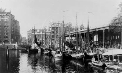 XIV-72-00-01 Gezicht op de Blaak, rechts de Zeevischmarkt en op de achtergrond de Leuvehaven met links het pand van Van ...