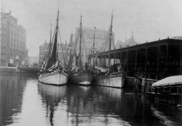 XIV-72-01 De Blaak met rechts de Zeevischmarkt en op de achtergrond de panden van Van Nelle (links) en modemagazijn ...