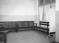 XIX-19-13-06-4,-5 Interieur Coolsingelziekenhuis.Van boven naar beneden afgebeeld:- 4: Wachtkamer.- 5: Lift.