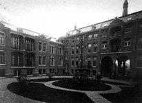 XIX-38-02 Gezicht in de binnenhof van de Sint Antoniusgesticht aan de Nieuwe Binnenweg 33.