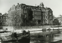 XIX-69-02 Het Haringvliet.Op de achtergrond de achterzijde van het Ooglijdersgesticht aan de Oostmolenwerf.