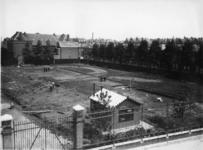 XV-185 Weteringstraat met gezicht op het terrein van de Lusthofstraat, hoek Noordeinde voor de bouw van gashouders voor ...