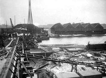 XV-241 Gezicht op de houtzagerij van Van de Wetering aan de Spangesekade bij de Delfshavense Schie. Op de voorgrond de ...