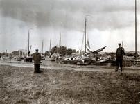 XV-26 De vuilnisbelt bij Krooswijk uit het zuiden. Links op de achtergrond de brug over de Boezem.