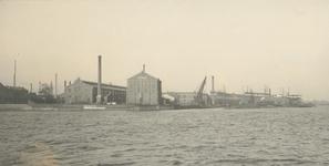 XV-49-1,-2 Gezicht vanaf de Nieuwe Maas op het etablissement ( scheepswerf en machinefabriek ) Fijenoord van de ...