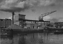 XV-62-04 Befaro, Betonmortelfabriek Rotterdam aan het Haringvliet.Op de achtergrond links een flatblok aan het ...