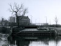XVI-1-00-00-00-01 Waterinlaat aan de Hoge Boezem gezien uit noordelijke richting. Op de Achtergrond het bankgebouw van ...