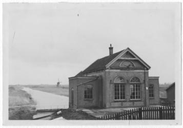 XVI-18-01 Het stoomgemaal Jan Barendregt Czn aan de Heysedijk, gezien vanuit het noorden. Op de achtergrond De Koedood .