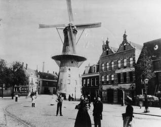 XVI-38 De Goudsevest/Oostvest en molen De Noord op het Oostvestplein.