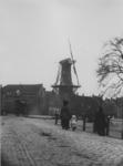 XVI-40-00-01 Noordmolen aan het Oostplein, ter hoogte van de Oostzeedijk af. Voorgrond, gedeelte van de Oostpoort met ...