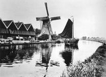 XVI-77-02 Gezicht op de houtzagerij van Van de Wetering en de Hoekmolen aan de Spangesekade bij de Delfshavense Schie. ...