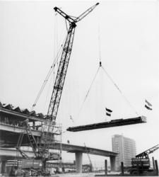 XVII-141-12-01 De bouw van het metrostation aan het Zuidplein. Laatste kapspant dat geplaatst wordt. Rechts de flat ...