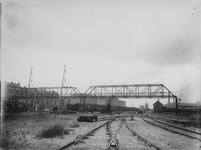 XVII-61-02 Loopbrug over het goederenemplacement R.M.O. aan de Vierhavenstraat. Links de Hudsonstraat.