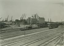 XVII-62 Het Spoorwegemplacement aan de Vierhavenstraat. Op de achtergrond het HAKA-gebouw.