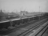 XVII-63 Havenspoorwegemplacement met goederentreinen bij de Hudsonstraat, langs de Vierhavensstraat (op de achtergrond).