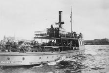 XVII-92-14-02 Veerboot de Heen en Weer XVI, ook wel strijkijzer genoemd vanwege de vorm, varend op de Nieuwe Maas, ...