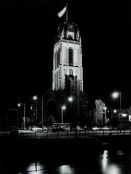 XVIII-128-00-81-01 De Sint-Laurenskerk bij avond.Op de voorgrond de Delftsevaart en auto's geparkeerd op de ...