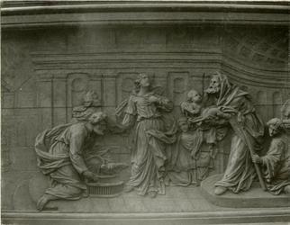 XVIII-369-3 Houtsnijwerk van de communiebank van de Sint-Rosaliakerk aan de Leeuwenstraat.
