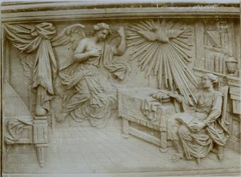 XVIII-369-8 Houtsnijwerk van de communiebank van de Sint-Rosaliakerk aan de Leeuwenstraat.