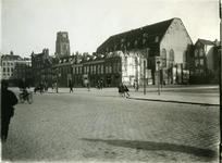 XVIII-376 De Meent, rechts de Sint-Rosaliakerk (Leeuwenstraat), links de Westewagenstraat, op de achtergrond de toren ...